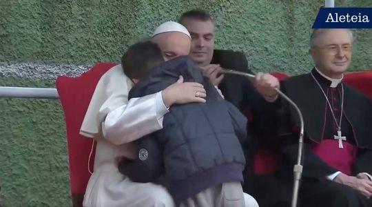 Le pape François console un orphelin : « Dieu a le cœur d'un père »
