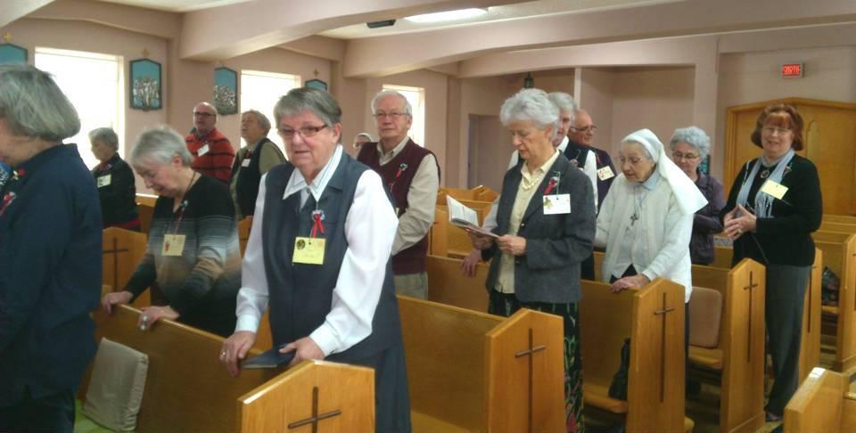 2 associés se réunissent dans la chapelle