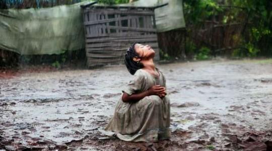 Le cliché de cette petite fille sous la pluie a changé sa vie et celle de sa famille