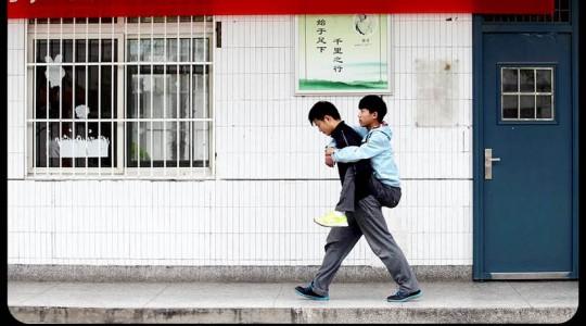 Il porte son ami handicapé pendant 3 ans pour l'emmener à l'école